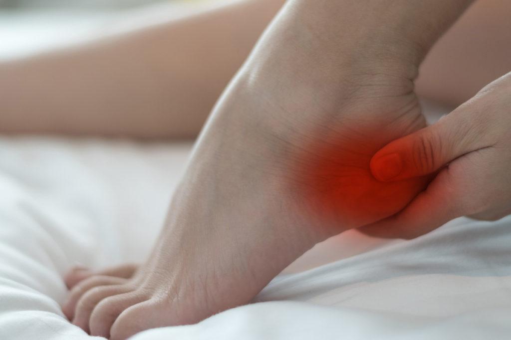 ألم الشوكة العظمية يحدث مع الخطوات الأولى في الصباح ثم يقل مع النهوض والحركة